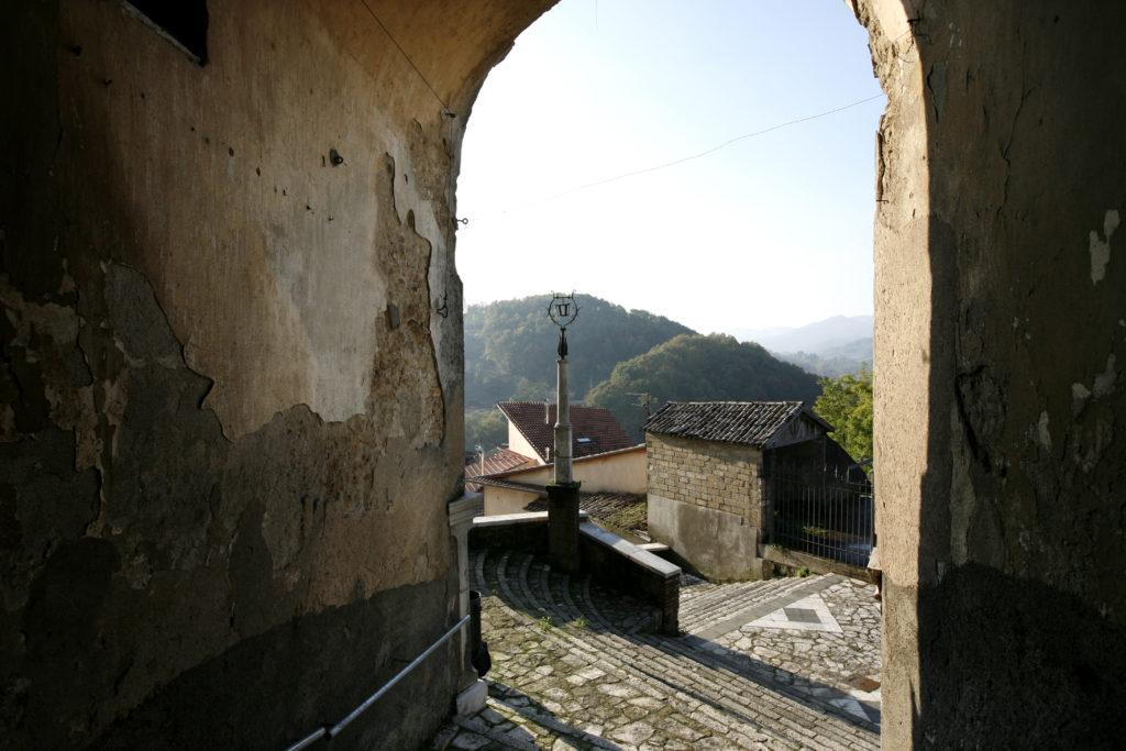 ingresso al borgo di Tufo da una delle porte di accesso medievali