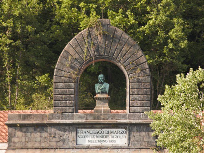 busto di Francesco di Marzo presso le Miniere di Zolfo di tufo