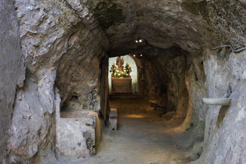 ingresso alla chiesa di San Michele Arcangelo a Tufo