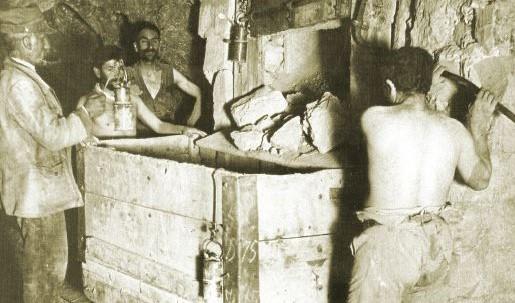 minatori nelle miniere di zolfo di Tufo